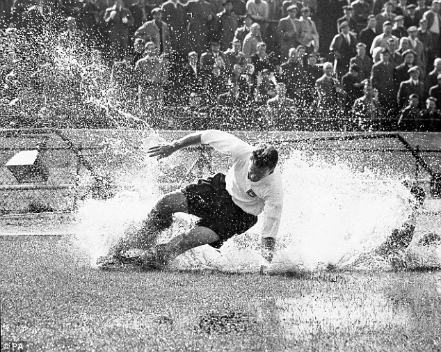 """The Splash""- Histórica foto de Tom Finney tomada en 1956 en Stamford Bridge."
